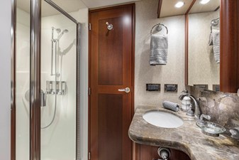 LUCKY LADY 24 STARBOARD GUEST BATH