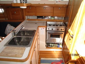 Cassiopeia 35 34_2781980_34_catalina_galley1