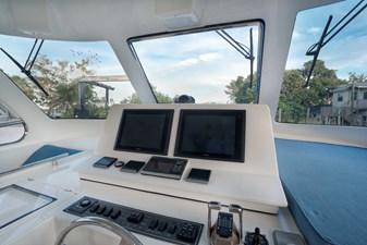 Running Tide 39 Flybridge Navigator Screens