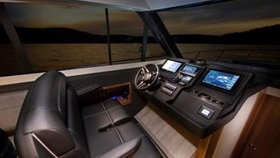 395 SUV 6 Riviera-395-SUV-Helm-1